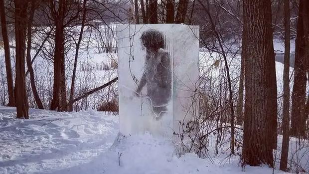 Người thượng cổ bị mắc kẹt trong tảng băng to tướng ngay giữa công viên khiến cõi mạng dậy sóng, dân địa phương hoang mang - Ảnh 1.