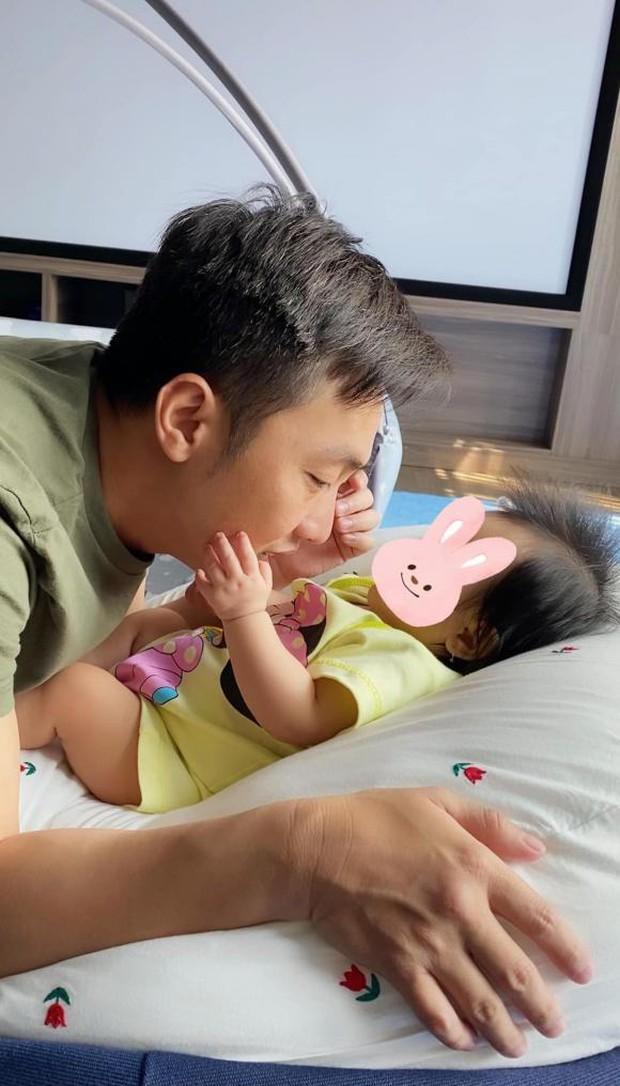 Đàm Thu Trang phá lệ hé lộ gần hết diện mạo ái nữ đầu lòng, nhìn góc nghiêng đã thấy giống bố như khuôn đúc - Ảnh 3.