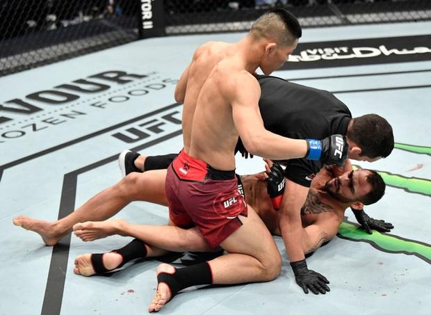 Võ sĩ MMA số 1 Trung Quốc tung một đấm khiến đối thủ sừng sỏ bất động, tự tin vỗ ngực tuyên bố: Giờ tất cả đã biết tôi giỏi đến thế nào - Ảnh 3.
