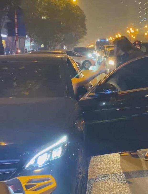 Vụ người phụ nữ chặn đầu xe Mercedes đánh ghen trên phố Hà Nội: Khi cảnh sát đến đã giải tán - Ảnh 2.