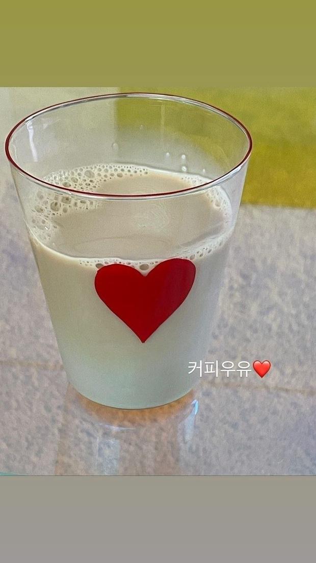"""Bữa trước khoe cafe sữa bị fan góp ý """"nhiều sữa quá"""", Jisoo bèn lẳng lặng """"sửa sai"""" vào hôm sau? - Ảnh 1."""