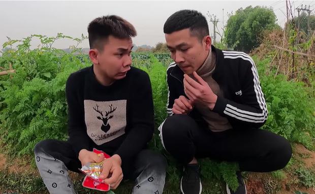 Con trai bà Tân cạch mặt 2 thanh niên bạn thân ăn chực, tự nướng 100 cái chân gà tẩm hoá chất ăn no ngập mồm - Ảnh 1.