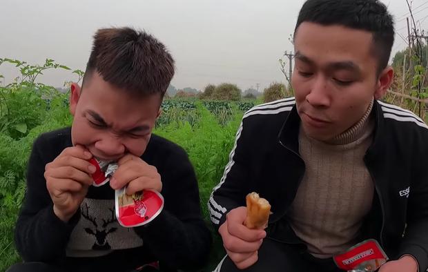Con trai bà Tân cạch mặt 2 thanh niên bạn thân ăn chực, tự nướng 100 cái chân gà tẩm hoá chất ăn no ngập mồm - Ảnh 3.