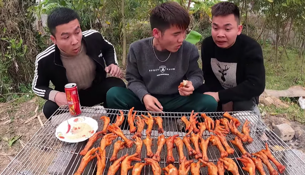 Con trai bà Tân cạch mặt 2 thanh niên bạn thân ăn chực, tự nướng 100 cái chân gà tẩm hoá chất ăn no ngập mồm - Ảnh 15.