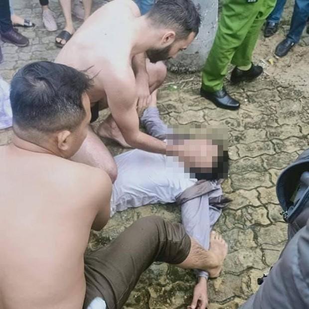 Đà Nẵng: Du khách nước ngoài lao xuống sông Hàn cứu nam thanh niên nhảy cầu tự tử, người dân hò reo cảm ơn - Ảnh 2.