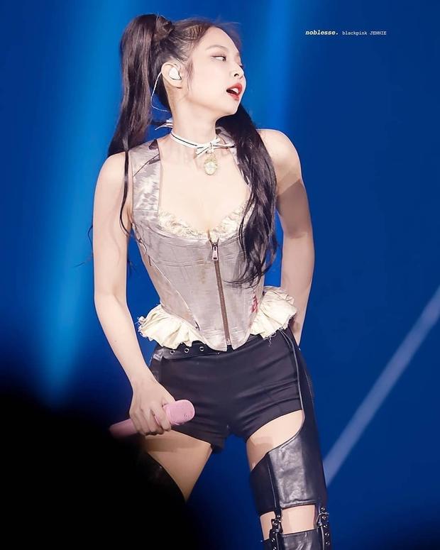 Chịu không nổi vì loạt ảnh cận màn bức tử vòng 1 tràn lên cả cổ của Jennie (BLACKPINK), fan đã quen cũng phải choáng váng - Ảnh 7.