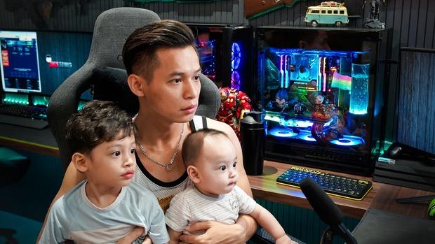 Thái độ triệu view của bé Cáo - con trai thứ 2 của Độ Mixi khi bị bố đem ra làm trò đùa trên sóng livestream - Ảnh 4.