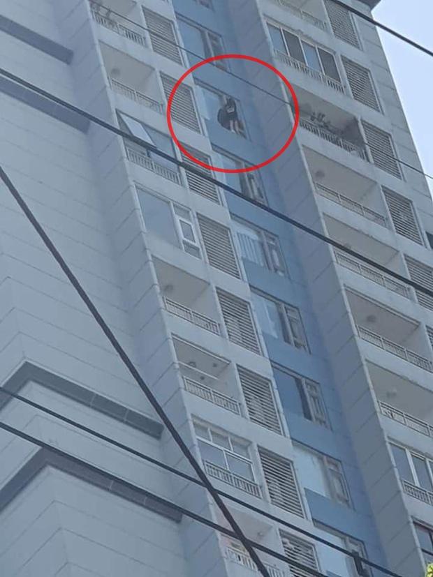 TP.HCM: Cô gái đứng vắt vẻo ở lan can tầng 15 chung cư định tự tử, hàng chục cán bộ chiến sĩ có mặt để giải cứu - Ảnh 1.