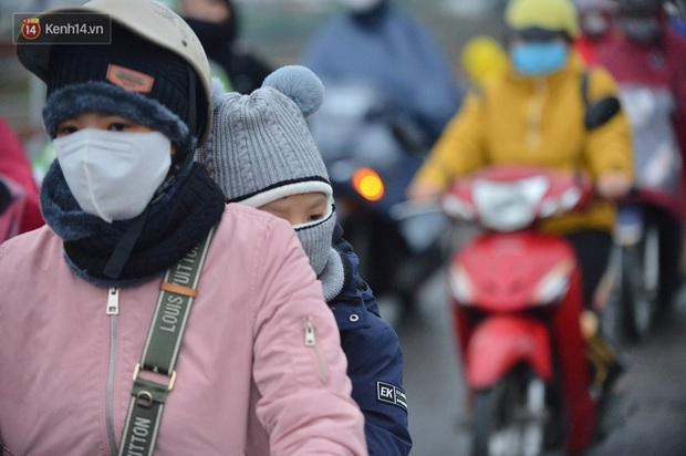 Hà Nội 12 độ C, sáng lạnh chiều ấm không cẩn thận ốm như chơi! - Ảnh 1.