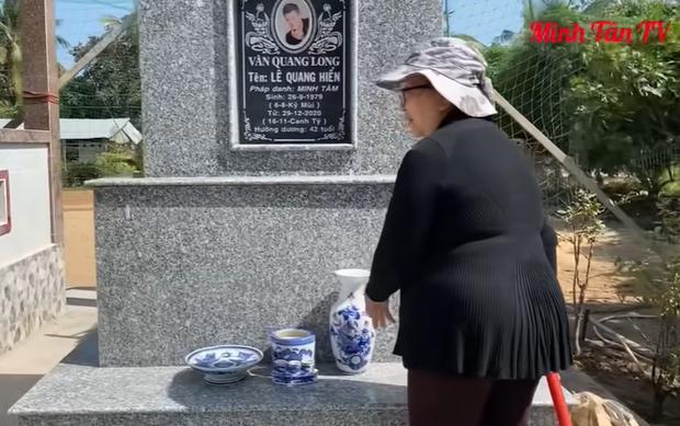 Hậu loạt ồn ào, lộ hình ảnh vợ cố ca sĩ Vân Quang Long lặng lẽ đến cắm hoa ở nơi thờ phụng chồng - Ảnh 6.