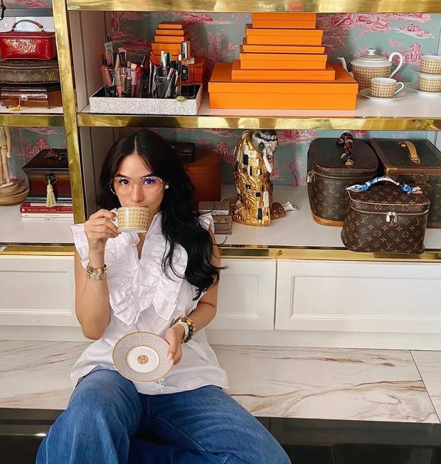 Crazy Rich Asians nguyên mẫu chi hơn 200 triệu sắm toàn bát đĩa Hermès, nhìn bàn ăn sang chảnh thấy mê - Ảnh 1.