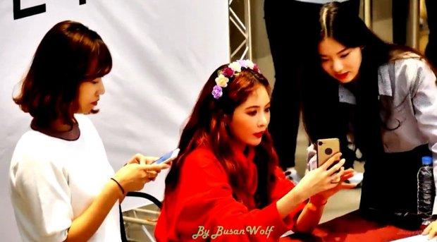 Thành viên girlgroup đẹp át cả báu vật nhà SM đúng là fangirl hiếm có: Năm nào bẽn lẽn bên Hyuna, giờ đã là đồng nghiệp của idol - Ảnh 3.