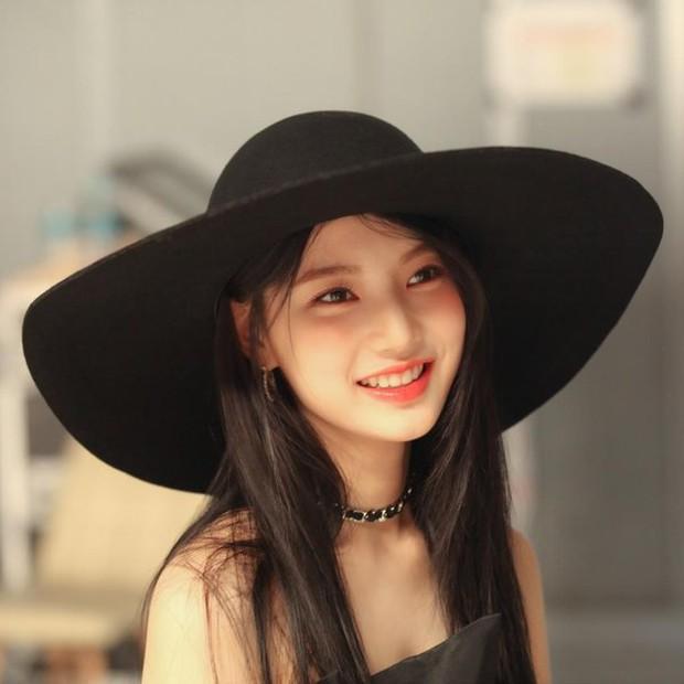 Thành viên girlgroup đẹp át cả báu vật nhà SM đúng là fangirl hiếm có: Năm nào bẽn lẽn bên Hyuna, giờ đã là đồng nghiệp của idol - Ảnh 6.