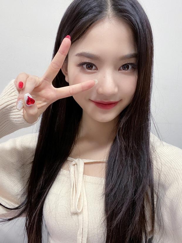 Thành viên girlgroup đẹp át cả báu vật nhà SM đúng là fangirl hiếm có: Năm nào bẽn lẽn bên Hyuna, giờ đã là đồng nghiệp của idol - Ảnh 9.