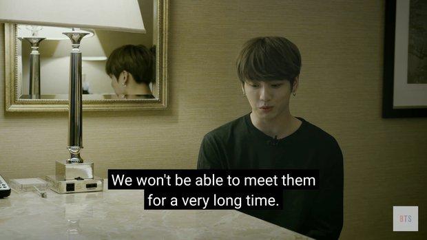 Khoảnh khắc Jungkook ngã quỵ trên sân khấu khiến BTS lo lắng tột độ, SUGA còn lén khóc trong phòng tắm - Ảnh 11.