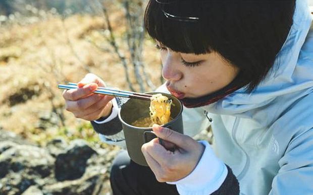 Ăn mãi vẫn cứ thấy đói thì đó là tín hiệu sớm của 5 vấn đề có thể sinh bệnh, béo phì, chị em không thể xem thường - Ảnh 1.