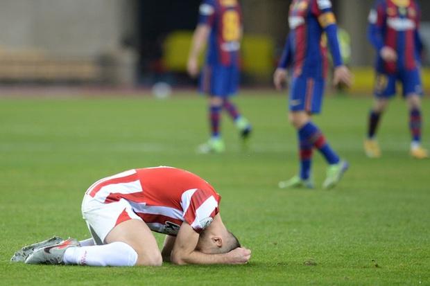 Đồng đội Messi ôm mặt giấu nỗi buồn, cầu thủ Bilbao hoá trang thành ngư dân sau chung kết Siêu Cúp Tây Ban Nha - Ảnh 1.