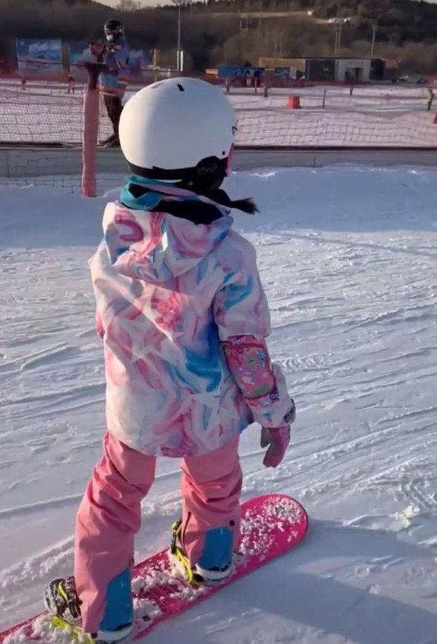 Xôn xao hình ảnh nghi vấn Giả Nãi Lượng đưa Lý Tiểu Lộ và con gái đi trượt tuyết, Cnet phản ứng gay gắt - Ảnh 2.