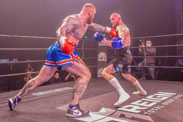 Người khỏe nhất hành tinh cao 2m06 hùng hổ bước vào trận đấu boxing với đối thủ tí hon, kết quả sau đó khiến nhiều người phải ngỡ ngàng - Ảnh 2.