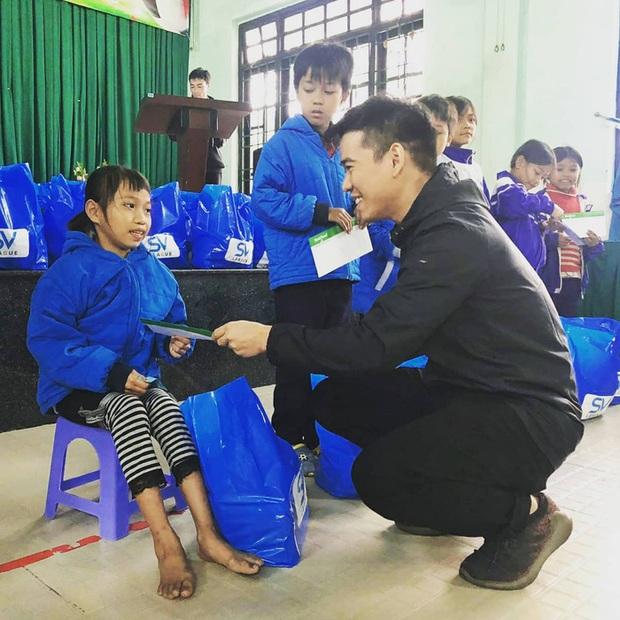 SV-League trao quà cho những học sinh khó khăn tại Huế trong chuyến thiện nguyện hướng về miền Trung - Ảnh 1.