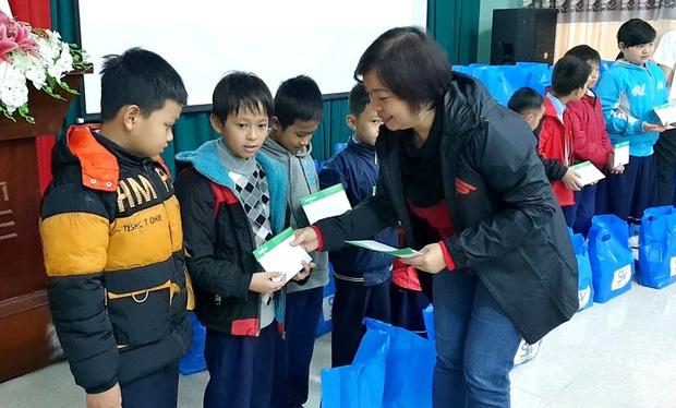 SV-League trao quà cho những học sinh khó khăn tại Huế trong chuyến thiện nguyện hướng về miền Trung - Ảnh 2.
