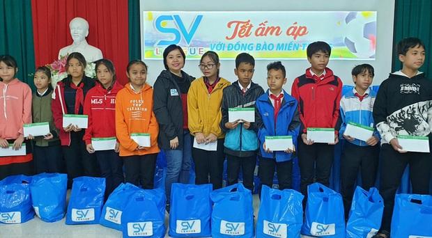 SV-League trao quà cho những học sinh khó khăn tại Huế trong chuyến thiện nguyện hướng về miền Trung - Ảnh 3.