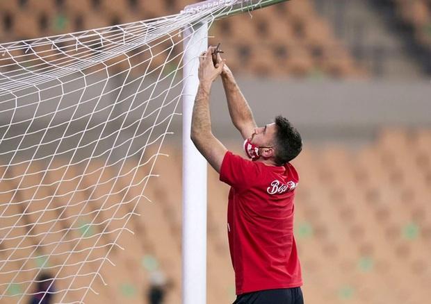 Đồng đội Messi ôm mặt giấu nỗi buồn, cầu thủ Bilbao hoá trang thành ngư dân sau chung kết Siêu Cúp Tây Ban Nha - Ảnh 4.