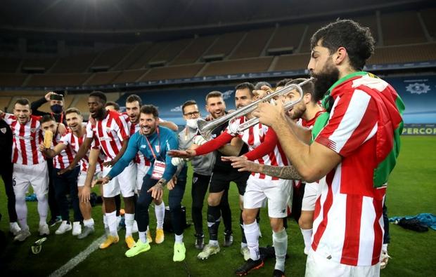 Đồng đội Messi ôm mặt giấu nỗi buồn, cầu thủ Bilbao hoá trang thành ngư dân sau chung kết Siêu Cúp Tây Ban Nha - Ảnh 6.