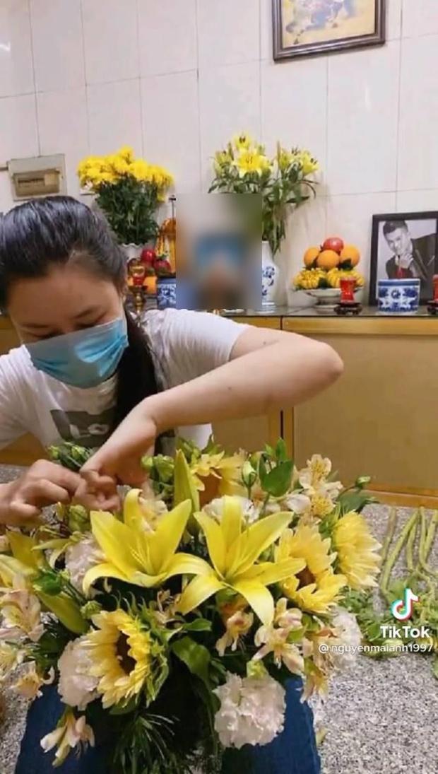 Hậu loạt ồn ào, lộ hình ảnh vợ cố ca sĩ Vân Quang Long lặng lẽ đến cắm hoa ở nơi thờ phụng chồng - Ảnh 4.