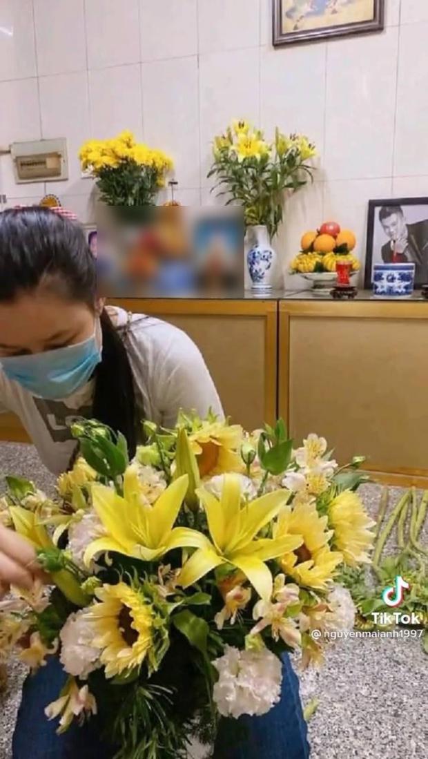 Hậu loạt ồn ào, lộ hình ảnh vợ cố ca sĩ Vân Quang Long lặng lẽ đến cắm hoa ở nơi thờ phụng chồng - Ảnh 2.