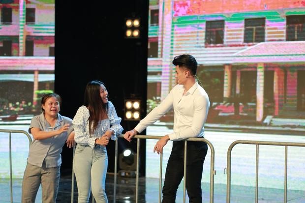 Táo Xuân 2021: Siêu mẫu Vĩnh Thụy mặc sơ mi trắng, cực đắt slot chụp hình cùng nghệ sĩ - Ảnh 7.