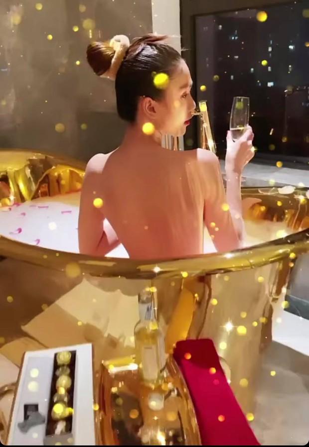 Ngọc Trinh tung ảnh bán nude, phô cả góc lưng trần sexy đến đỉnh điểm khi ngâm mình trong bồn tắm dát vàng - Ảnh 2.