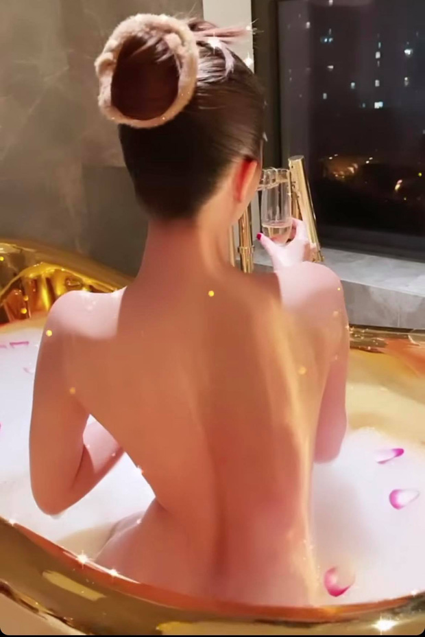 Ngọc Trinh tung ảnh bán nude, phô cả góc lưng trần sexy đến đỉnh điểm khi ngâm mình trong bồn tắm dát vàng - Ảnh 3.