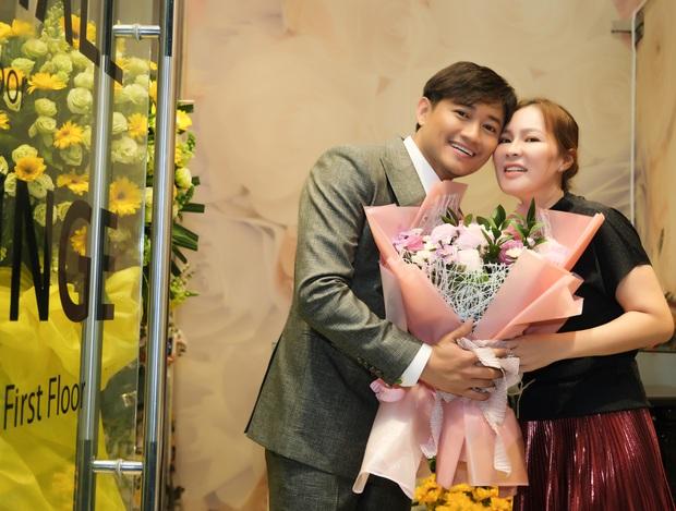 Quý Bình và bà xã doanh nhân lần đầu lộ diện sau hôn lễ: Công khai ôm ấp, còn chăm sóc từng chút tại sự kiện - Ảnh 5.