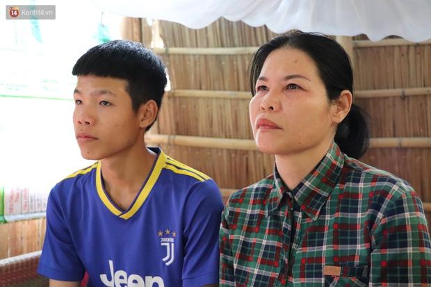 Cha mất, mẹ dần mù lòa, đứa con trai 16 tuổi phải nghỉ học đi phụ hồ nuôi gia đình: Mẹ mà có chuyện gì em không sống nổi - Ảnh 1.
