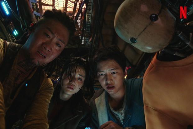 Bom tấn Space Sweepers tung hàng nóng: Kim Tae Ri đấu súng cực ngầu, Song Joong Ki xứng danh trùm công nghệ - Ảnh 2.