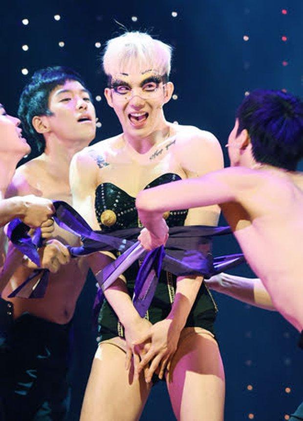Loạt outfit gây tranh cãi bậc nhất Kpop: SNSD bị nghi đạo nhái, PSY diện jumpsuit sexy nhưng chưa sốc bằng boygroup mặc mỗi nội y lên stage - Ảnh 20.
