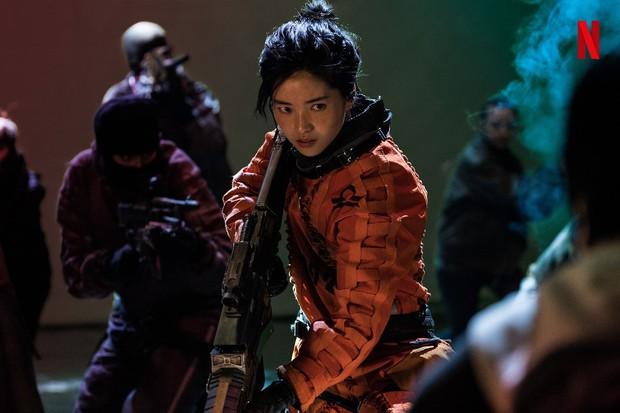 Bom tấn Space Sweepers tung hàng nóng: Kim Tae Ri đấu súng cực ngầu, Song Joong Ki xứng danh trùm công nghệ - Ảnh 4.
