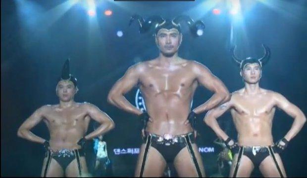 Loạt outfit gây tranh cãi bậc nhất Kpop: SNSD bị nghi đạo nhái, PSY diện jumpsuit sexy nhưng chưa sốc bằng boygroup mặc mỗi nội y lên stage - Ảnh 22.