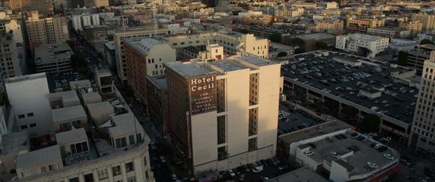 Bị phàn nàn nước bốc mùi, nhân viên khách sạn kiểm tra bồn trên tầng thượng và phát hiện xác chết nữ, mở ra vụ án kinh dị nhất thế kỷ 21 - Ảnh 1.