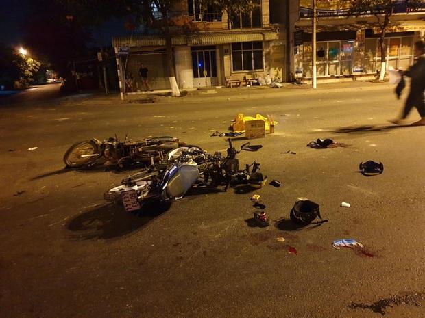 Bình Dương: Xe máy vượt đèn đỏ tông xe máy khác, 2 người chết, 3 người bị thương - Ảnh 1.