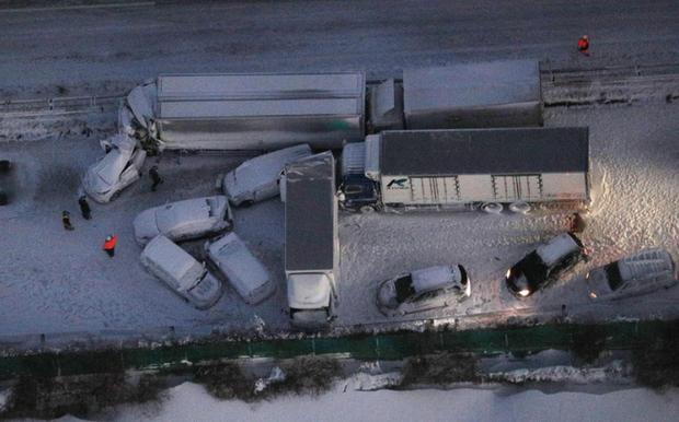 Nhật Bản: 134 ô tô lao vào nhau, 13 người thương vong - Ảnh 1.