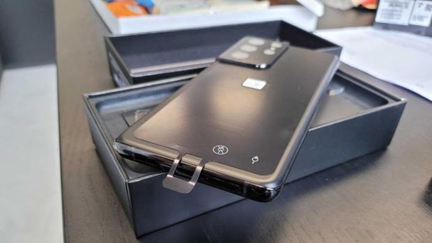 Samsung Galaxy S21 có một lỗi thiết kế nhỏ, có thể khiến người dùng chọc nhầm lỗ - Ảnh 3.