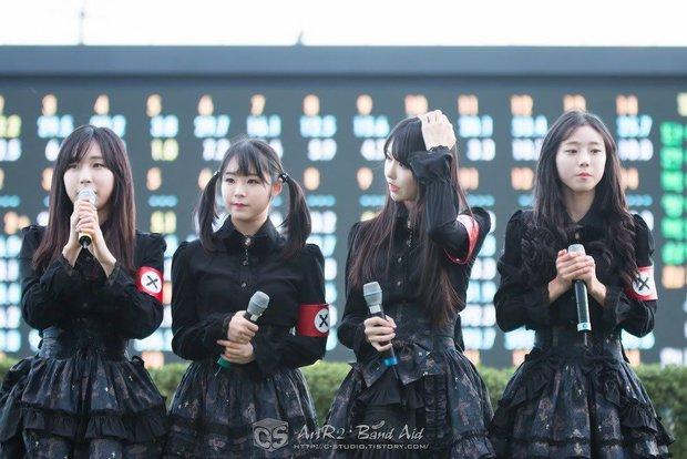 Loạt outfit gây tranh cãi bậc nhất Kpop: SNSD bị nghi đạo nhái, PSY diện jumpsuit sexy nhưng chưa sốc bằng boygroup mặc mỗi nội y lên stage - Ảnh 8.