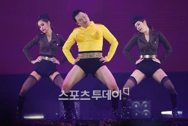 Loạt outfit gây tranh cãi bậc nhất Kpop: SNSD bị nghi đạo nhái, PSY diện jumpsuit sexy nhưng chưa sốc bằng boygroup mặc mỗi nội y lên stage - Ảnh 18.