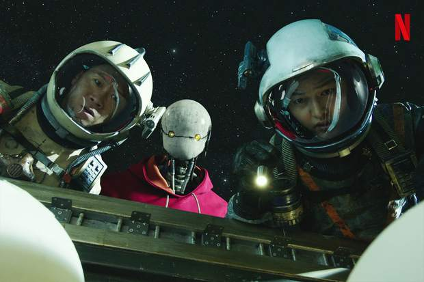 Bom tấn Space Sweepers tung hàng nóng: Kim Tae Ri đấu súng cực ngầu, Song Joong Ki xứng danh trùm công nghệ - Ảnh 1.