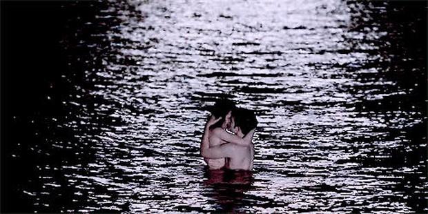 Đỏ mặt phừng phừng với những cảnh nóng diễn ra tại nơi chẳng ai dám ngờ: Lên núi rồi lại xuống biển, thậm chí là ở... nghĩa trang! - Ảnh 5.