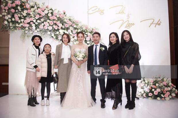 Dàn sao đổ bộ tiệc cưới NS Công Lý: Á hậu Thuỵ Vân đọ sắc bên cô dâu, Huyền My như người khổng lồ giữa dàn mỹ nhân - Ảnh 6.