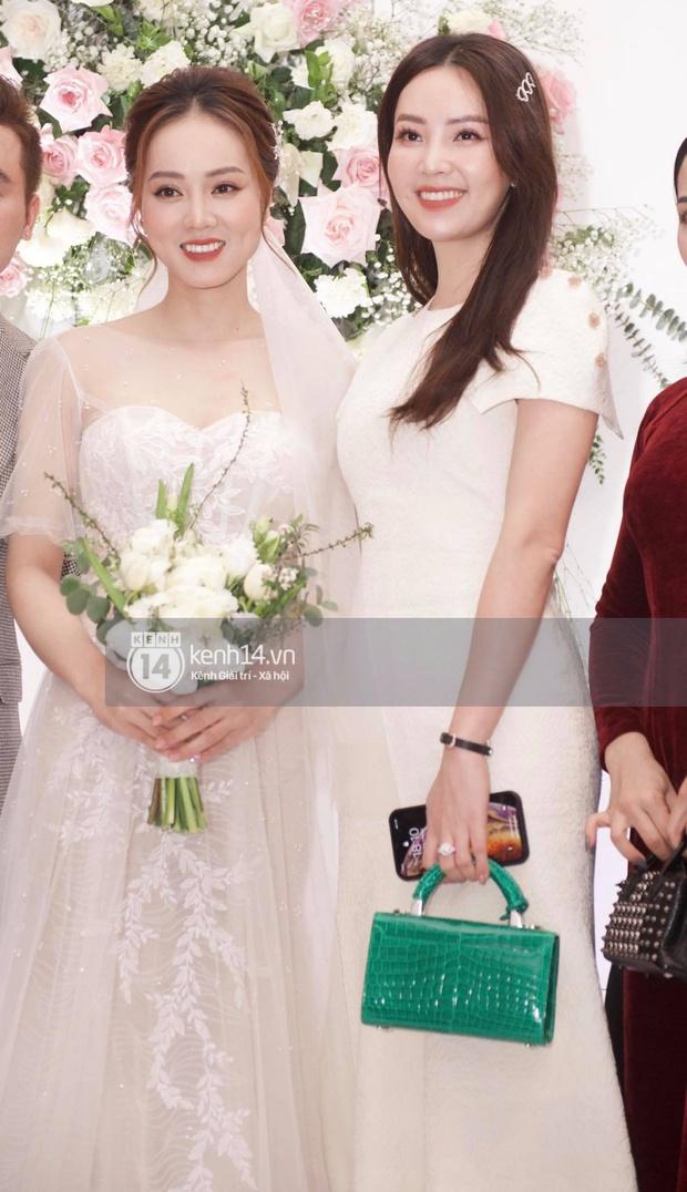 Dàn sao đổ bộ tiệc cưới NS Công Lý: Á hậu Thuỵ Vân đọ sắc bên cô dâu, Huyền My như người khổng lồ giữa dàn mỹ nhân - Ảnh 2.