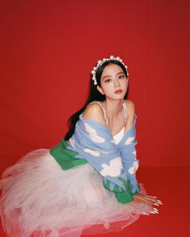Đúng là idol đẹp như Hoa hậu: Jisoo lấn át Nhiệt Ba khi đụng hàng, còn khơi lại vụ diện đồ nhái của Lan Ngọc - Ảnh 2.
